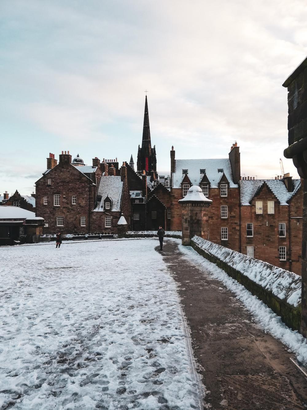 Les toits d'Edimbourg enneigés